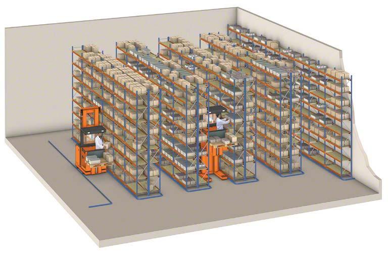 Orderpickers aan het werk in een magazijn met legbordstellingen.