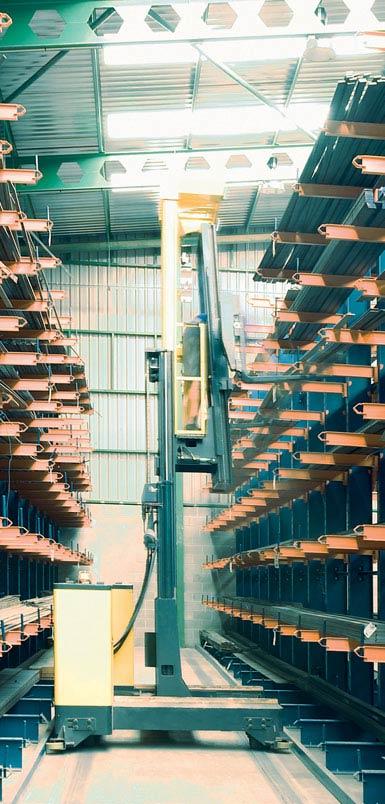 Afbeelding van een zijlader in een magazijn voor metalen profielen.