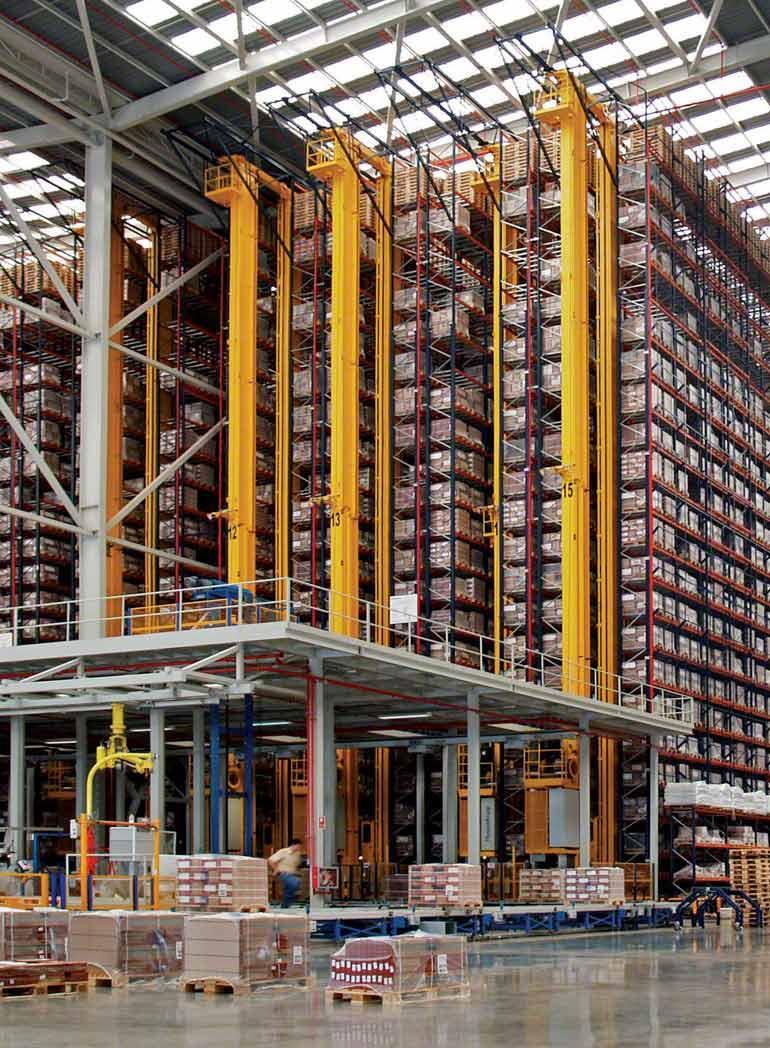 Interieur van een magazijn voor de productie en verkoop van keramische producten voor de bouwsector.