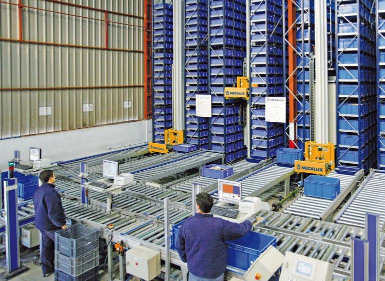 Magazijn met producten voor de ijzerwarenhandel, de industrie, de doe-het-zelf zaken en de bouw