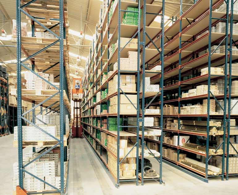 Magazijn met legbordstellingen en orderpicktrucks voor de opslag van losse magazijnbakken