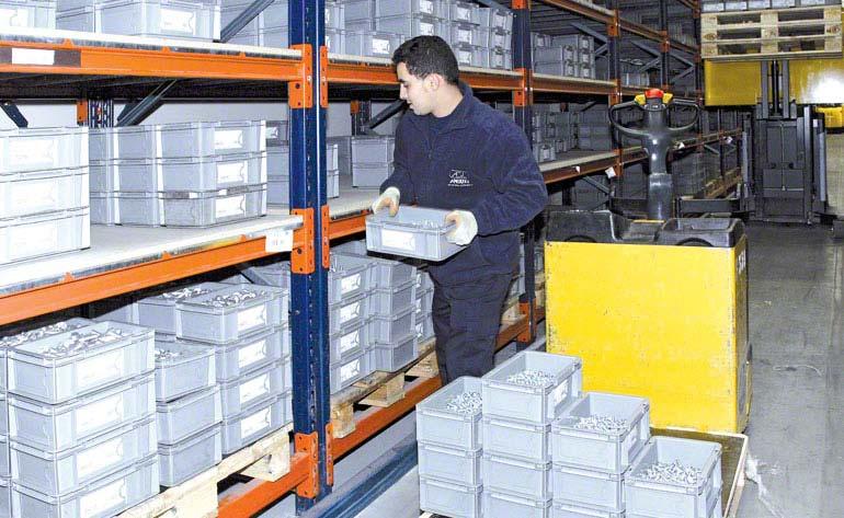 Magazijnmedewerker voert de orderpick-taken direct vanaf de pallets uit