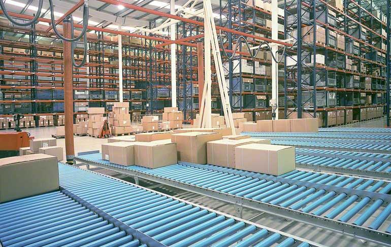 Deze foto toont de zone waar de bestellingen klaargezet worden in een magazijn van een bedrijf gespecialiseerd in badkamerkranen en -accessoires.