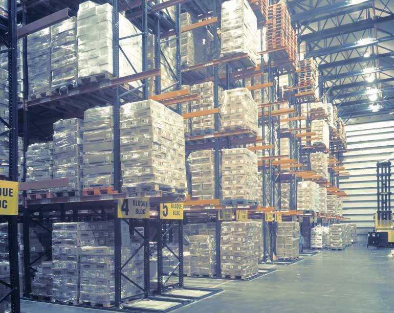Hoogbouwmagazijn voor diepvriesproducten met tridirectionele heftruck