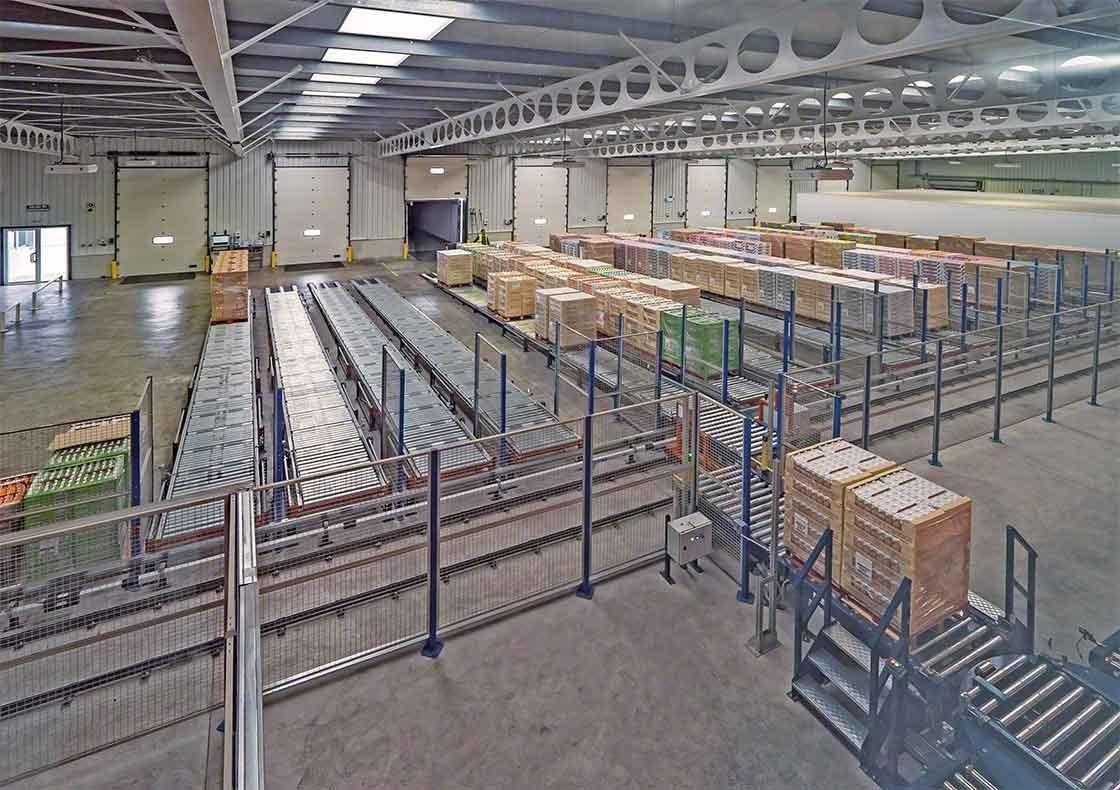 In het magazijn van Dafsa in Spanje is een transportbandensysteem geïnstalleerd dat de goederenontvangst ondersteunt