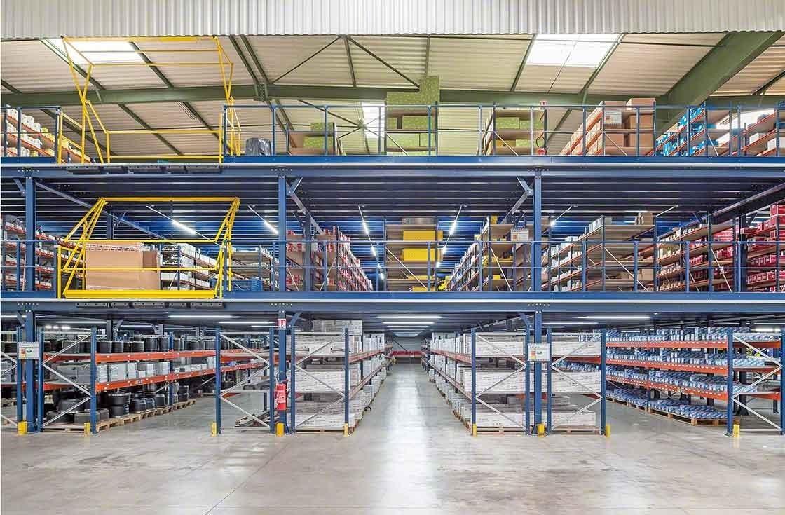 Zicht op de drie opslagverdiepingen in het magazijn van PAVI-Groupauto