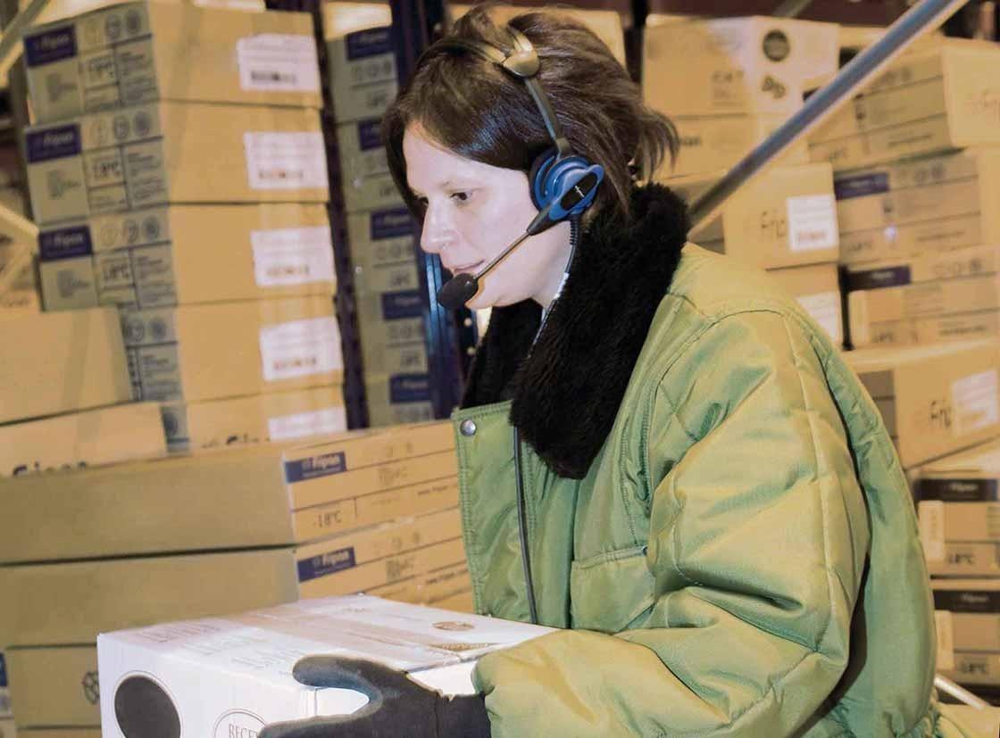 De orderpicker voert zijn werk uit met behulp van een voicepicking systeem