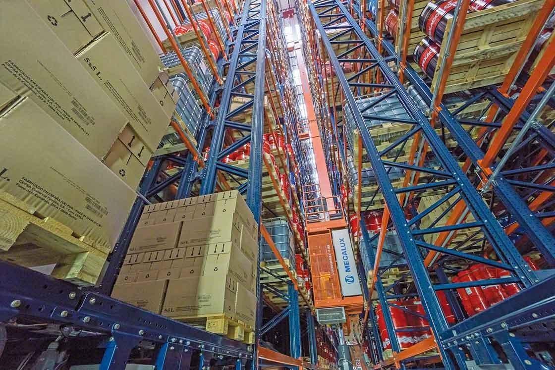 In de gerobotiseerde warehouses, verplaatsen magazijnkranen automatisch de pallets
