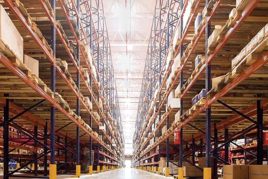 Magazijn met een groot volume aan goederen, waar Big Data de voorraden beheert