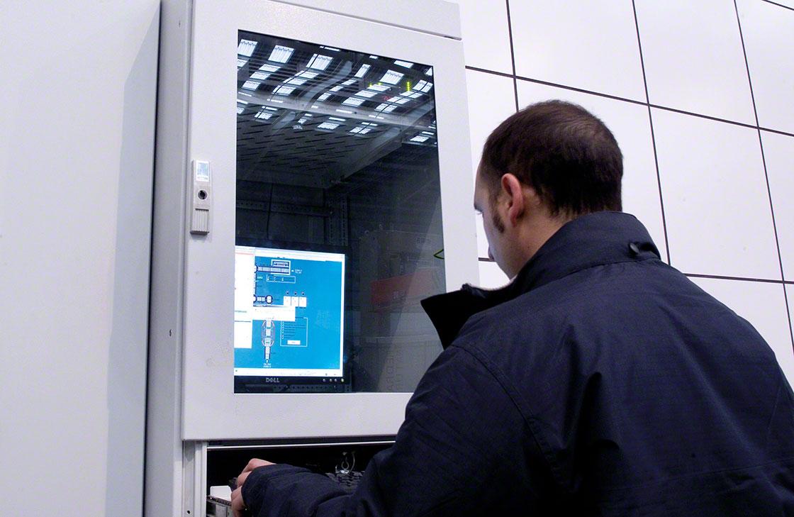 Een magazijnmedewerker controleert of de logistieke traceerbaarheidsgegevens correct zijn geregistreerd