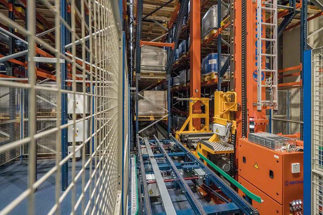 Automatische orderverzameling: de magazijnkranen nemen de laadeenheden uit de magazijnstellingen en verplaatsen ze volledig zelfstandig