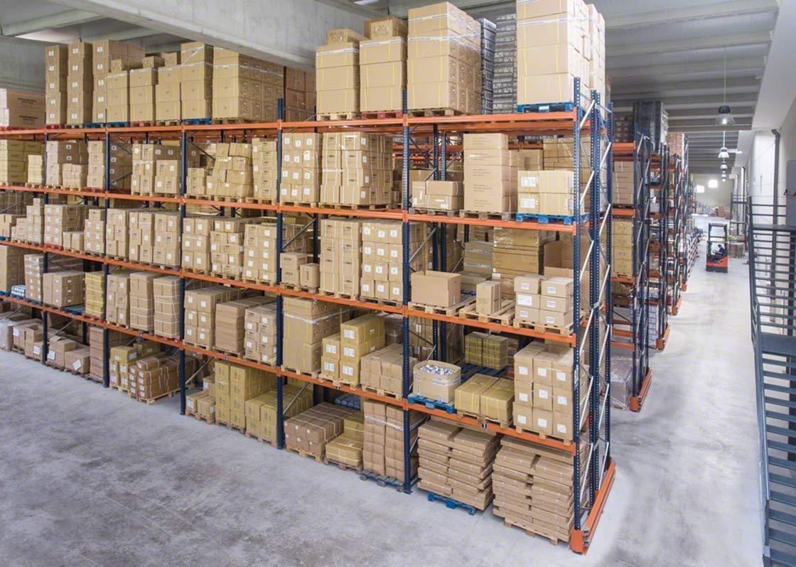 Magazijnstellingen van Mecalux in een magazijn met gepalletiseerde goederen