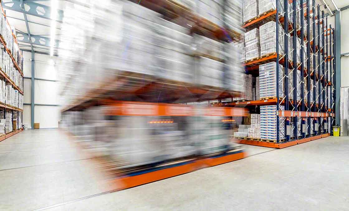 Verrijdbare magazijnstellingen besparen ruimte doordat het aantal gangpaden wordt verkleind, maar ze beperken de toegang tot de artikelen