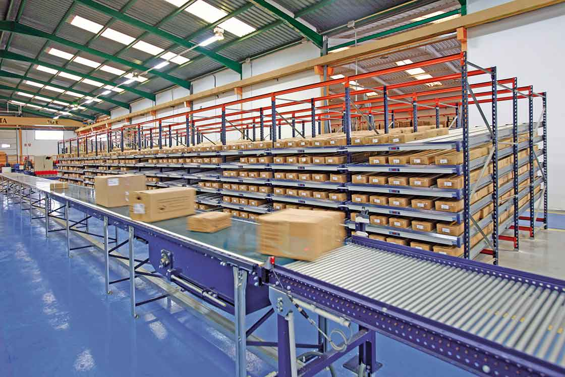 Industriële transportbanden die gebruikt worden om bestellingen klaar te zetten