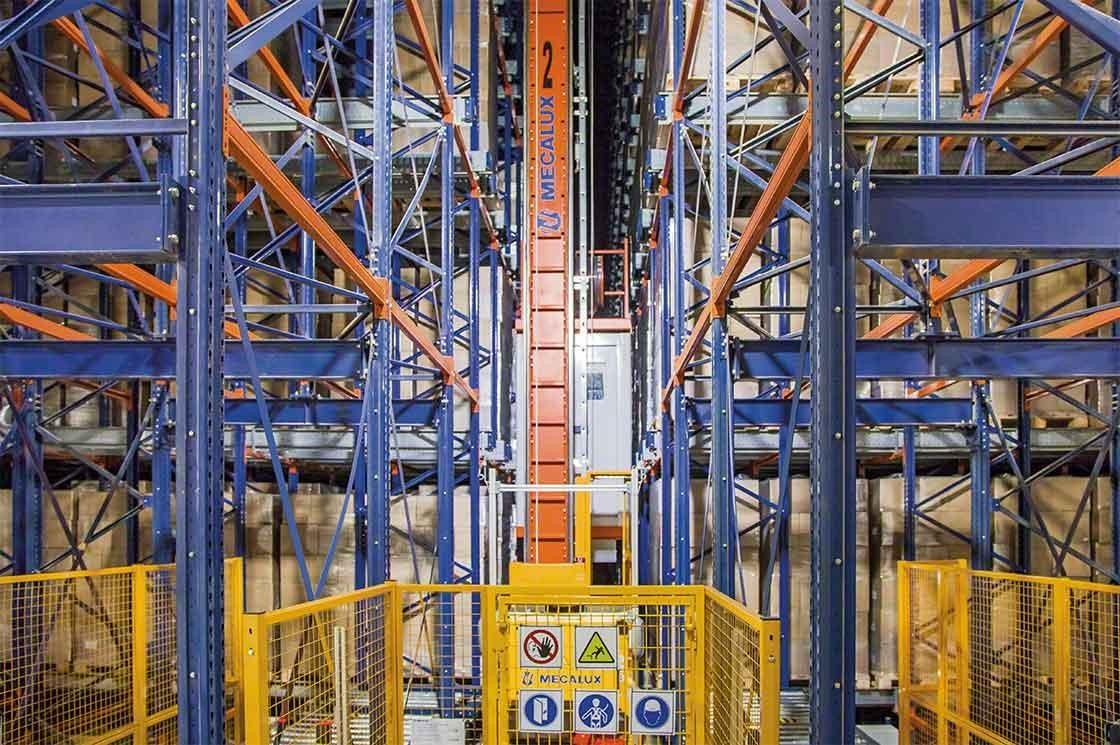 In dit logistieke smart warehouse werkt men met magazijnkranen die laadeenheden compact opslaan