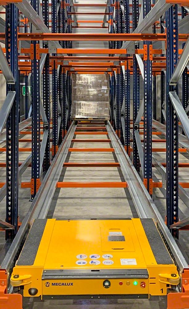 De magazijnstellingen beslaan 350 m² en bieden ruimte aan 1120 pallets